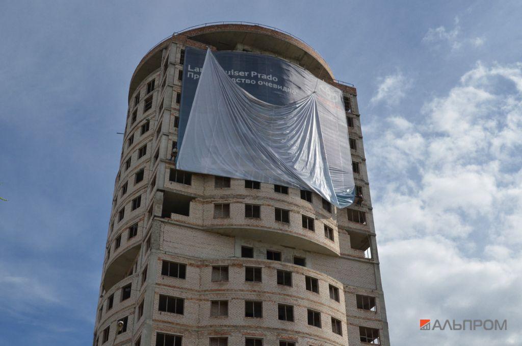 Монтаж баннера на стену новостройки в Самаре