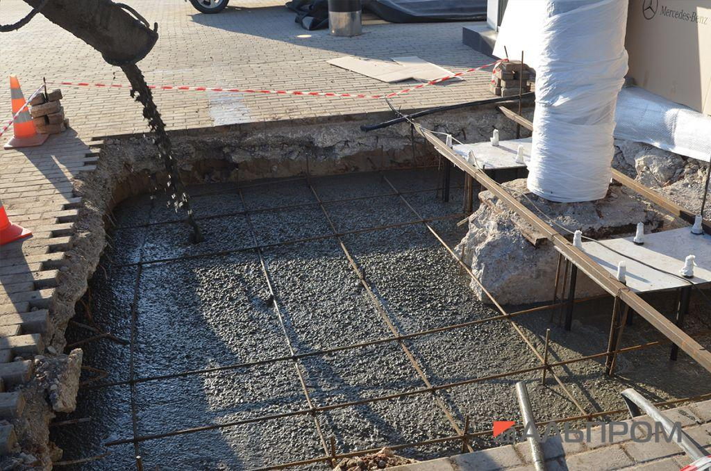 Заливка бетоном фундамента рекламной конструкции