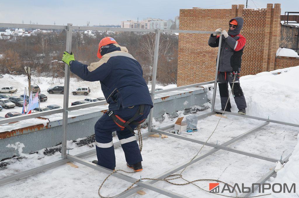 Монтаж металлоконструкции крышной рекламной установки